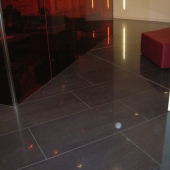 dtz-precise-cuttin-gof-1200x600-broken-bond-with-joints-aligning-through-glass-feature-wall